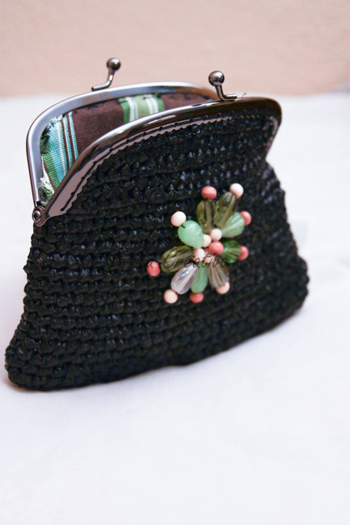Coin purse made with plastic bags, metal frame and beads